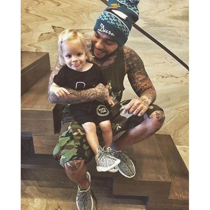 Дочь Тимати раскрашивает его татуировки