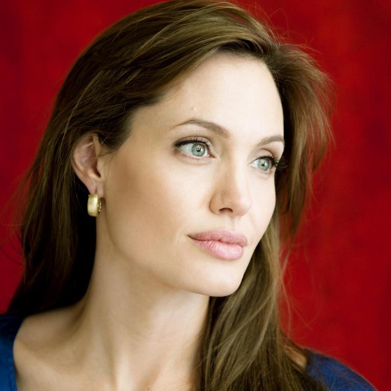 Анджелина Джоли со всеми детьми посетила премьеру собственного фильма в Торонто