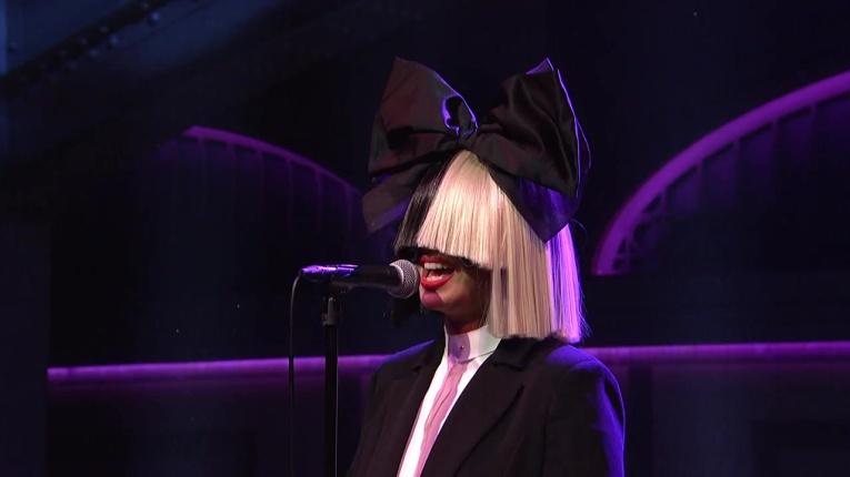 Знаменитая исполнительница Sia представила клип к композиции Rainbow