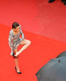 Кристен Стюарт прошлась босиком по красной ковровой дорожке