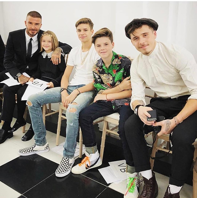 Дэвид Бекхэм с детьми поддержал супругу во время модного показа