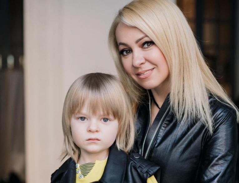 Сын Плющенко и Рудковской делает 100 приседаний с гантелями во время отдыха