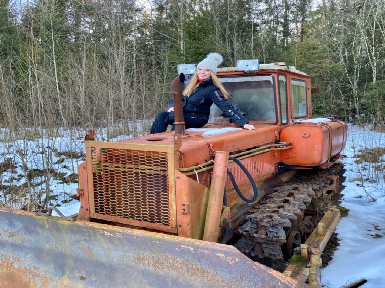 Певица Варвара уверенно чувствует себя за рулем трактора
