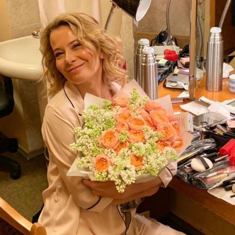 Юлия Высоцкая продолжает работать