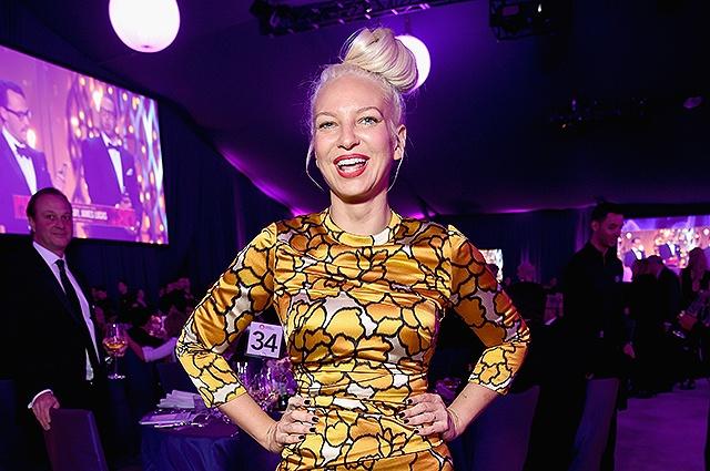 Певица Sia стала бабушкой