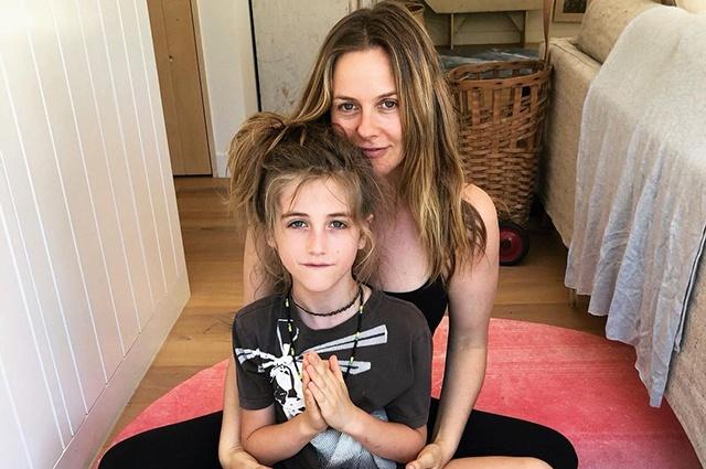 Алисия Сильверстоун чуть не расплакалась из-за новой прически сына
