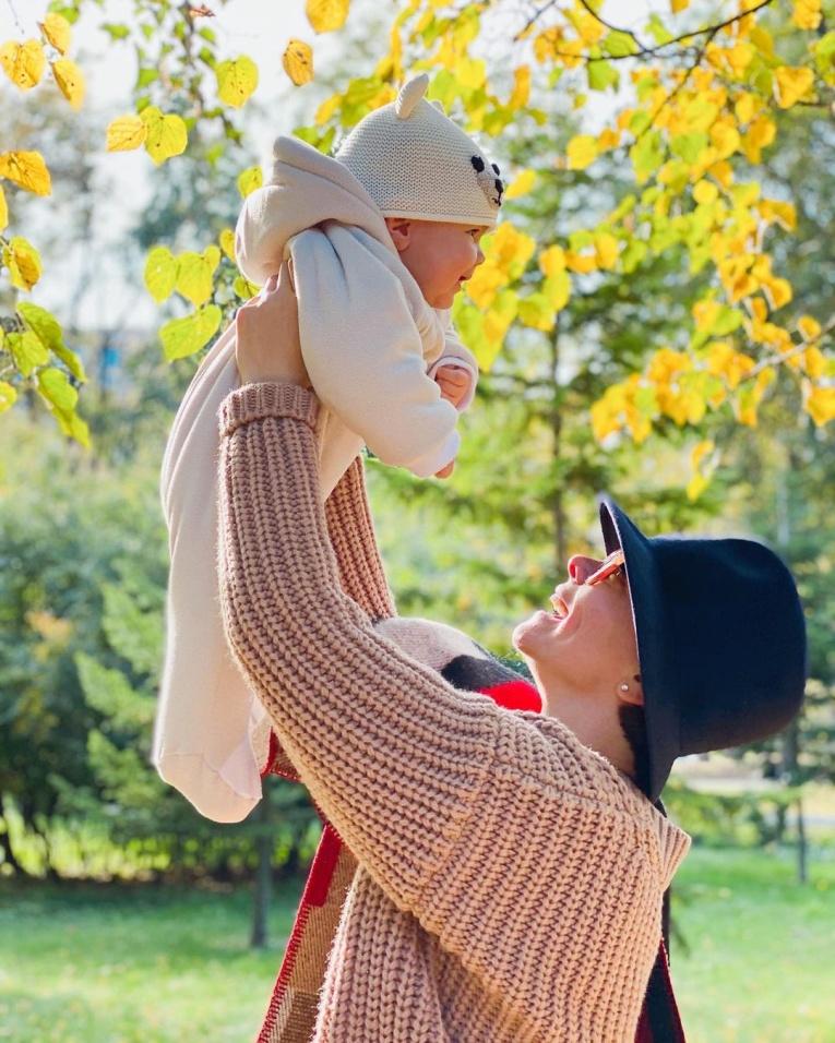 Инстамама: лучшие фотографии звёзд с новорожденными детьми