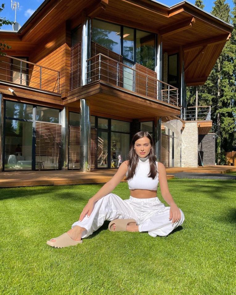 Новый особняк Елены Темниковой и другие роскошные загородные дома звёзд